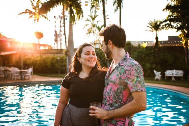 пара стоит на берегу моря с пальмами