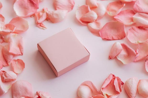 лепестки роз, розовая коробочка