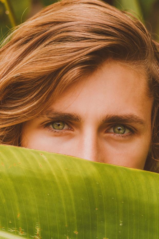 зеленоглазая рыжеволосая девушка