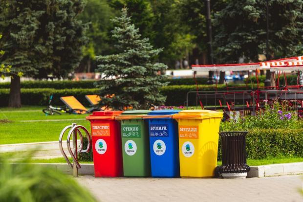 стоят разноцветные баки для раздельного сбора мусора