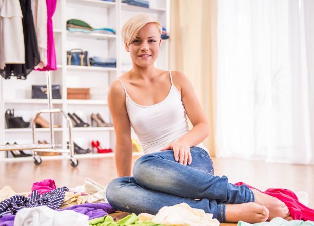 гардероб, девушка с вещами сидит на полу