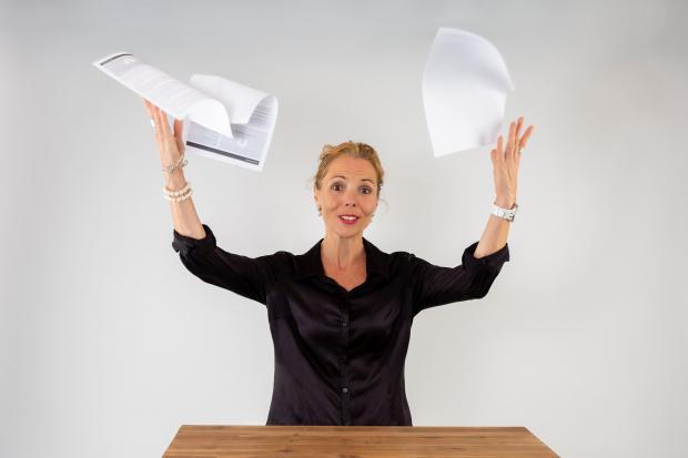 женщина бросила бумаги вверх