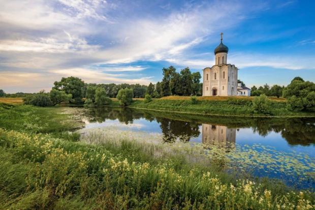 православный храм стоит на берегу озера