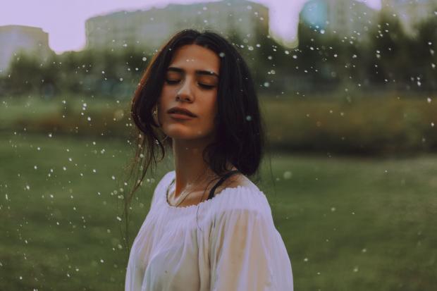 девушка стоит под дождем