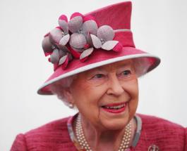 Елизавета II в ярком образе приняла участие в мероприятии у ворот замка Балморал