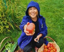 Анита Цой похвасталась урожаем: певица показала какие овощи собрала на своем огороде