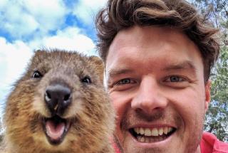 Позитивные фото: зоозащитник из Ирландии делает селфи с каждым встреченным животным