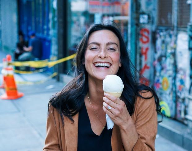 девушка с мороженым смеется на улице
