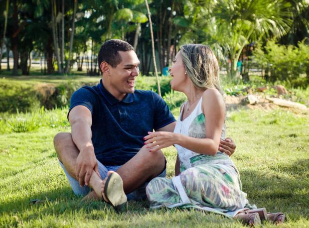 молодая пара сидит на газоне