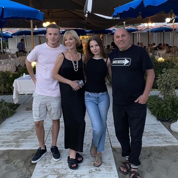 Валерия с младшим сыном, мужем и невесткой