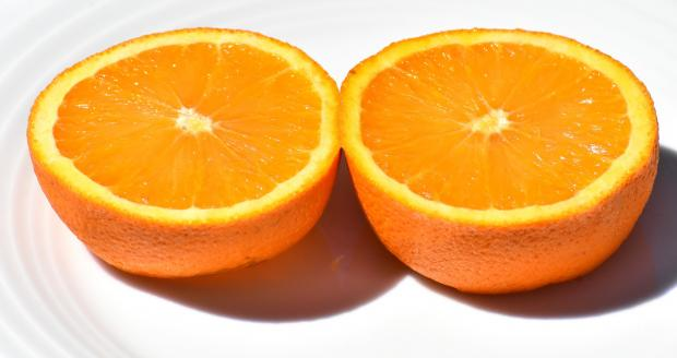разрезанный пополам апельсин