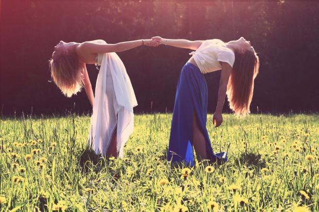 две девушки держатся за руки