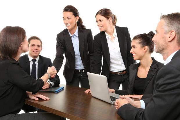 мужчины и женщины в офисе
