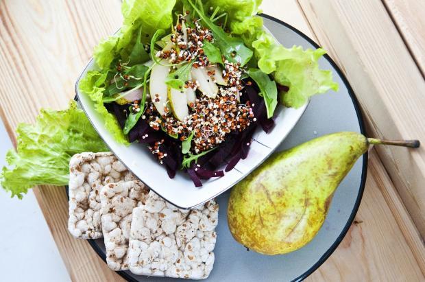груша, листья салата, хлебцы