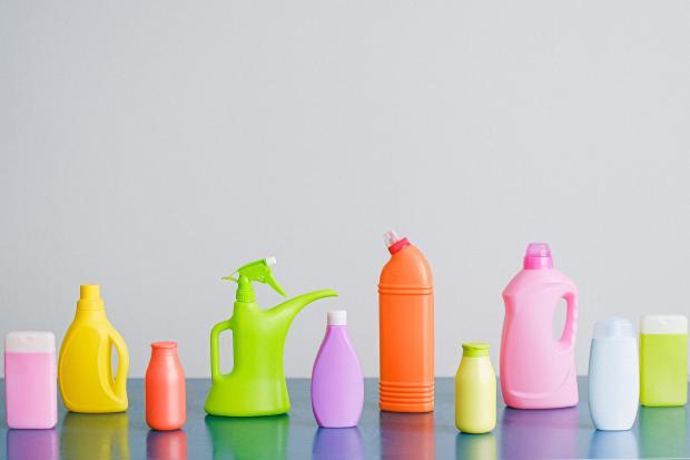 яркие бутылочки на столе