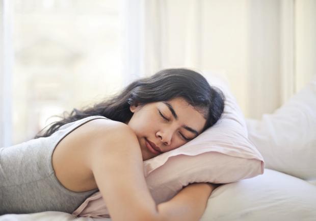 девушка спит на животе