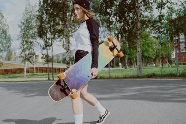 девочка идет со скейтбордом