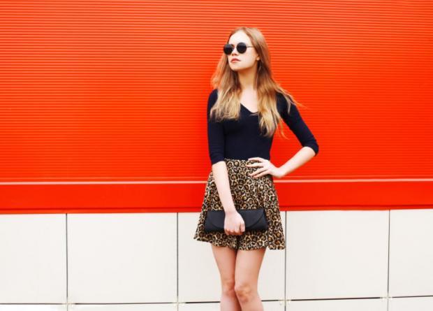 блондинка в леопардовой юбке