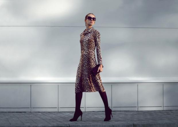 модель идет в платье с леопардовым принтом