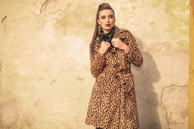 девушка с длинными волосами надела леопардовое пальто