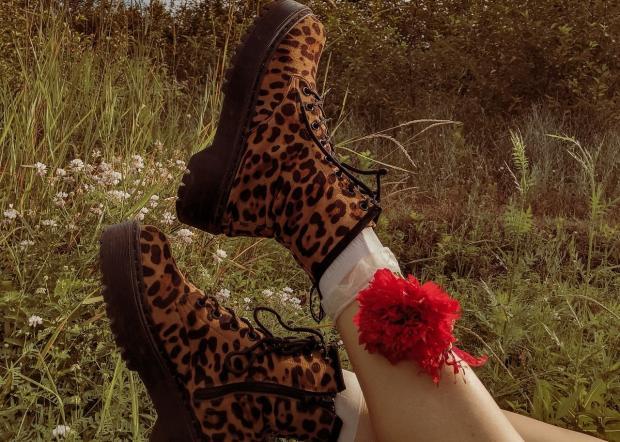 на ногах ботинки с леопардовым принтом