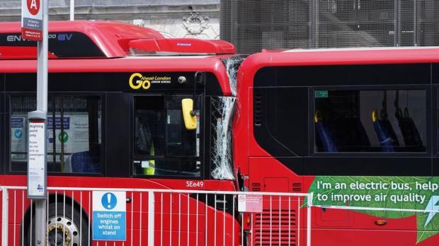 два красных автобуса в Лондоне