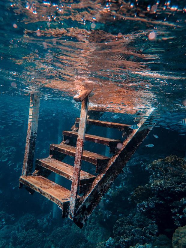 деревянная лестница тонет в море