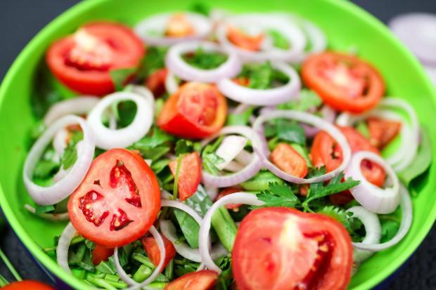 овощной салат на зеленой тарелке