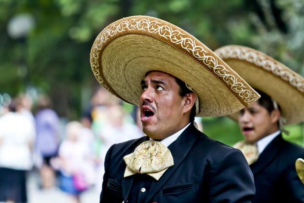 стоят мексиканцы в национальных шляпах
