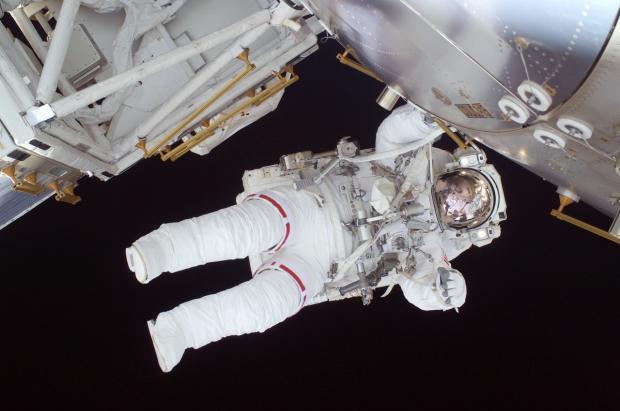 космонавт у борта космического корабля