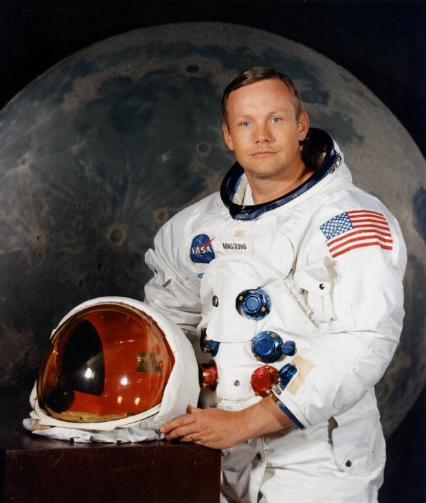 человек в костюме космонавта