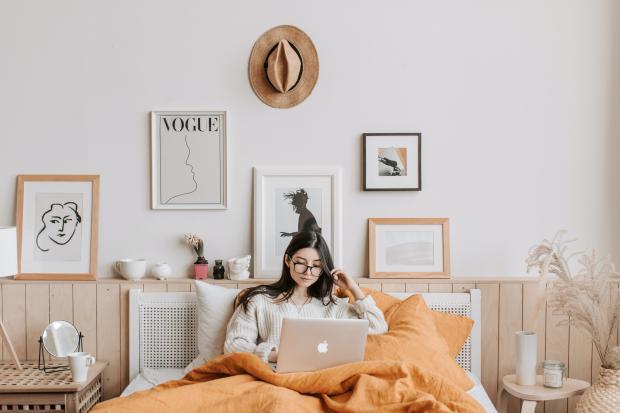 девушка с ноутбуком в кровати