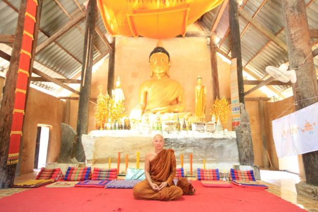 сидит буддийский монах