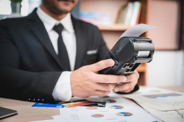 бизнесмен платит по счетам