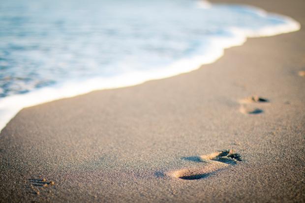 следы от ног на песке