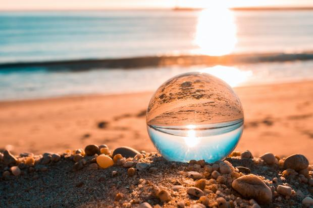 стеклянный шарик на берегу моря