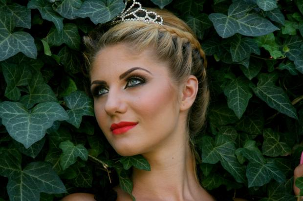 красивая девушка-блондинка среди зелени