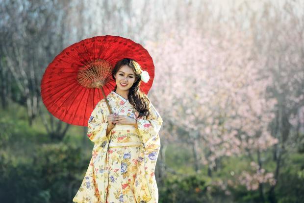 японская девушка в национальном наряде