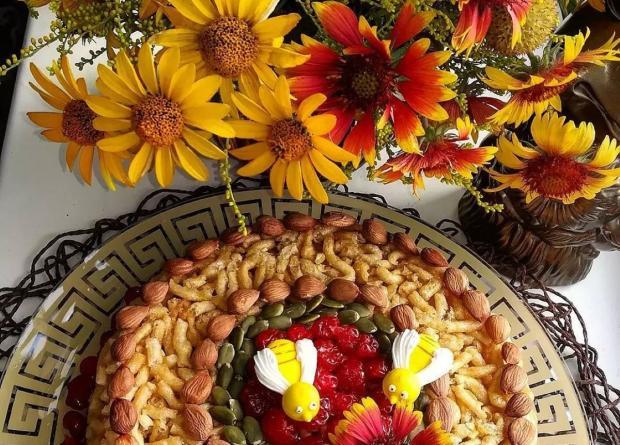 красивый пирог с орехами и букет ярких цветов