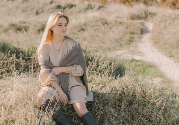 девушка сидит в поле
