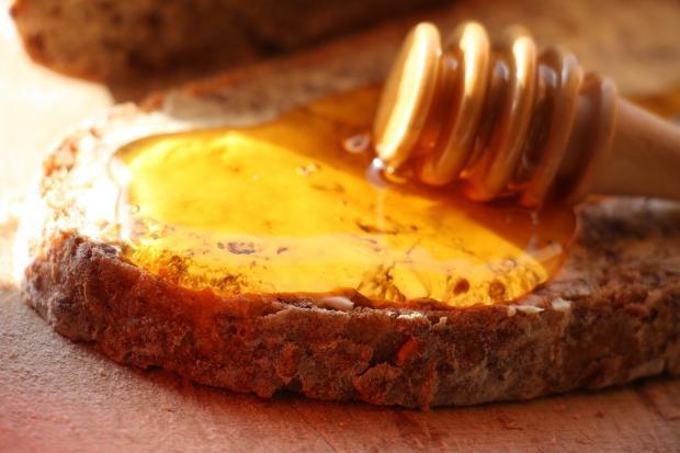 мед на кусочке хлеба, ложка