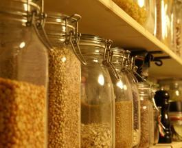 Дешевый и эффективный способ избавления от пищевой моли в кухонном шкафу