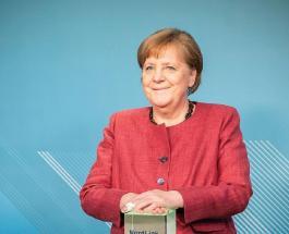 Забавное фото Ангелы Меркель: немецкого канцлера атаковали смелые попугаи