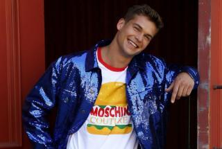 Платье в виде хот-дога и юбка-гамбургер: новая коллекция Moschino удивляет сеть