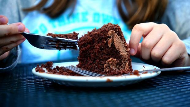 кусочек торта на блюдце, руки