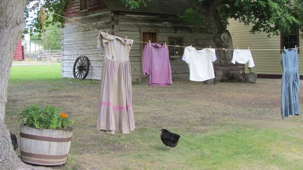 стираная одежда сушится на веревке