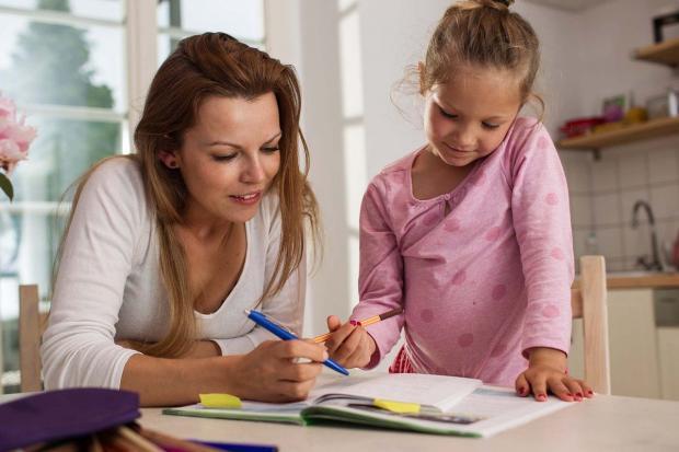 мама учит уроки с дочкой