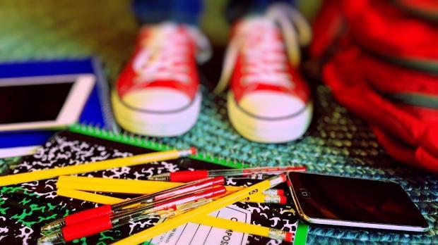 рассыпаны школьные канцелярские принадлежности