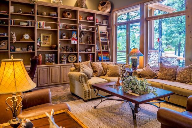 интерьер гостиной с большим окном