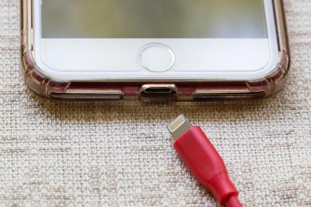 мобильный телефон с зарядным устройством